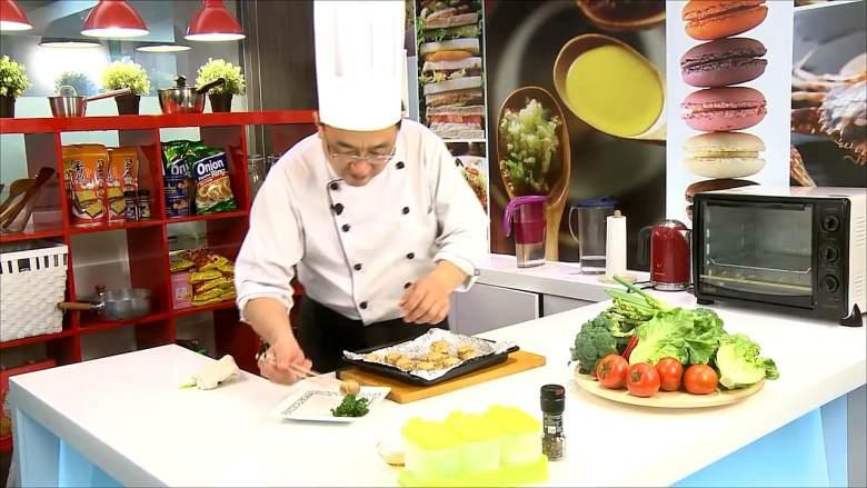 起司烤蘑菇盞,烤箱預熱後,將蘑菇入烤箱中,以上火200℃下火200℃烤約12分鐘至表面金黃即可取出。