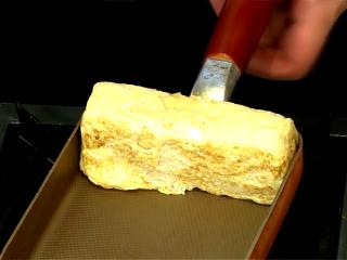 厚蛋烧,將厚蛋每個邊都立起煎至定型且微焦香