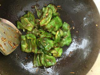 虎皮青椒,加入蒜末,蚕豆酱,根据个人口味加入适量盐,继续翻炒