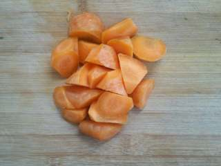 浓香芝士盖饭,胡萝卜切块待用。