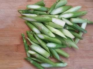 浓香芝士盖饭,芦笋切段待用。