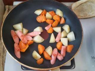 浓香芝士盖饭,下入土豆,胡萝卜一同煸炒,炒至土豆表面金黄色即可。