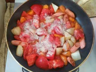 浓香芝士盖饭,放入切好的番茄,放入适量胡椒粉(视个人口味)煮制。
