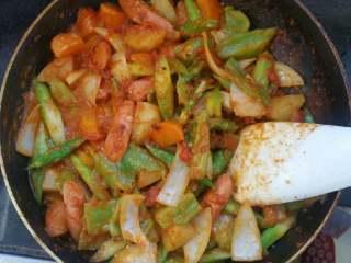 浓香芝士盖饭,煸炒均匀,放入食盐,砂糖,酱油调味。