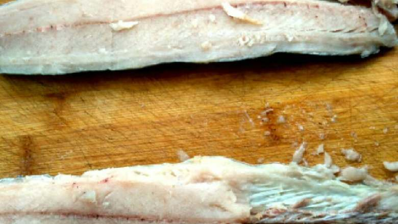 #白白胖胖的鲅鱼🐠水饺#,片好的正片鱼肉,用刀把鱼的皮片鱼肉