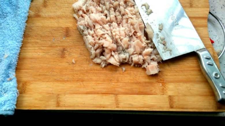 #白白胖胖的鲅鱼🐠水饺#,片好的鱼肉,用刀轻轻的剁几下就可以了,因为鱼肉细腻,不用太用力剁