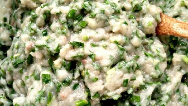#白白胖胖的鲅鱼🐠水饺#,把鱼肉搅拌均匀后放韭菜,食用油,和香油,即可,切记韭菜放倒搅拌好的鱼肉里,轻轻搅拌一下就可以包了