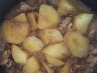 土豆炖鸡腿,小火收汁就可以出锅了