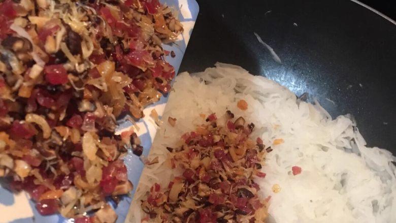 广式萝卜糕,锅不用洗,直接把萝卜丝倒进去炒至透明,再把刚才的肉粒等等放进去一起拌匀。
