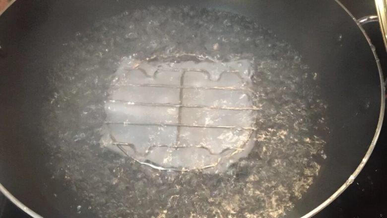 广式萝卜糕,锅里放水烧开