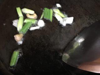 可乐鸡翅 💕,  锅中倒入适量油,放入葱段,姜片炒香。    炒糊的姜片葱段盛出。