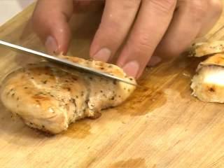 雞肉沙拉,雞胸肉切厚片,排至生菜葉及小番茄排上。