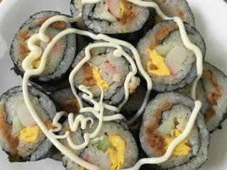 寿司,挤上沙拉酱就可以吃啦。