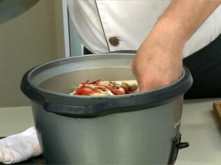 啤酒蒸魚片,電鍋外鍋放入1/2杯水,放入盤子,按下開關蒸約7分鐘至熟後,放入蔥絲即可。