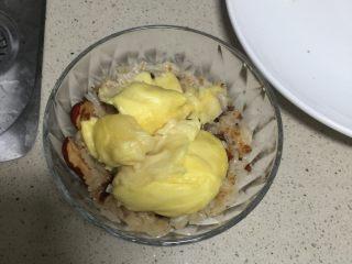 香甜软糯的榴莲糯米饭,先放一层糯米饭在底部压紧,放上榴莲,再把剩下的糯米饭盖上压紧
