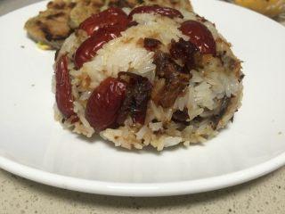香甜软糯的榴莲糯米饭,把碗倒出来轻轻一抖,饭就出来了