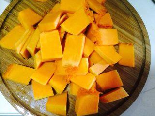 咸蛋黄焗南瓜,将南瓜洗净,削皮 切成3*2cm的小块。