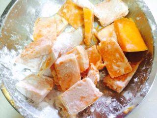咸蛋黄焗南瓜,将南瓜在蛋清里沾一下后放入玉米淀粉里裹一层粉
