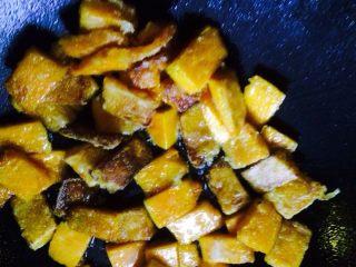 咸蛋黄焗南瓜,油锅里倒油,将裹好玉米淀粉的南瓜在油锅里煎一下,7分熟样子,盛出备用。