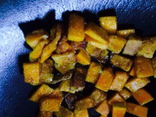 咸蛋黄焗南瓜,油锅里倒油,加入咸蛋黄,待蛋黄炒出泡泡沫时,倒入先前南瓜片,小火,让蛋黄包裹在南瓜片上即可出锅。撒上些许葱花。