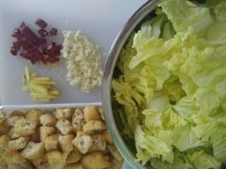 白菜豆腐泡,当让是先买菜了,买回来看图上的准备好,豆腐泡用刀切或手撕,一定要撕开,不然吸不饱汤汁,愿意不撕也可以