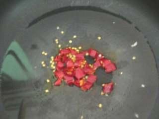 白菜豆腐泡,热油,放辣椒炒出香,再放姜,炒几下放蒜(先放一半),炒几下放豆腐泡