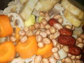 莲藕排骨汤,捞起,用热水冲洗干净,再和切好的莲藕,红萝卜,山药,花生米,红枣.姜片一同放入锅中。