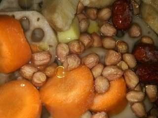 莲藕排骨汤,再加入2滴醋,2勺盐,适量油,和适量清水。