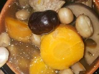 莲藕排骨汤,跳了就可以盛出来喝了。