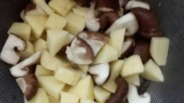 红烧香菇土豆,土豆香菇切成小块,土豆切完要用清水冲洗,并沥干水分