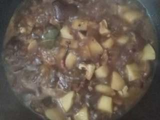 红烧香菇土豆,再倒入老抽,酱油,料酒,白糖,盐,大枣慢火炖煮