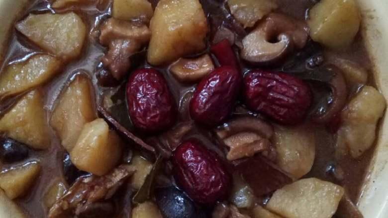 红烧香菇土豆,汤汁收干,炖煮熟,出锅即可