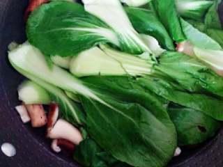 香菇包,香菇、油菜焯水备用。