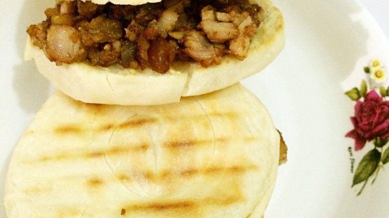 肉夹馍,饼从中间切开,放入肉