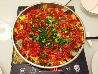 剁椒鱼头,做好的剁椒鱼头可以放在电磁炉上边加热边吃,那样鱼头下面的豆皮越来越入味,好吃到停不下来啦😋😍😛…