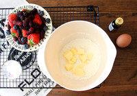 莓果叠叠派,黄油不需要软化,切小块。面粉+细砂糖+盐混合,放入黄油块,用手搓成屑屑状。