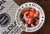 莓果叠叠派,莓果洗净,加入香草精+玉米淀粉+细砂糖,拌匀备用。