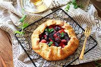 莓果叠叠派,出炉晾凉,浇上草莓糖浆,撒糖粉开吃!