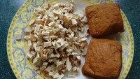 香菇菜包,豆干切碎。