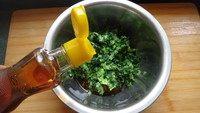 香菇菜包,往油菜里倒入两大勺香油拌匀。