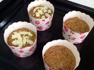 红枣低脂蛋糕,倒入纸杯中,七分满即可,也可以在面上撒些杏仁片。