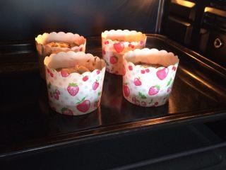 红枣低脂蛋糕,入预热好的烤箱中层,上下火180度,20分钟左右。