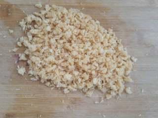时令鲜蔬冬瓜丸子汤,海米切末,放入肉馅搅拌均匀。