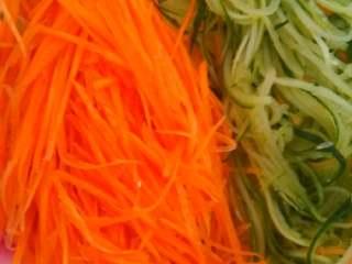 素菜寿司,红萝卜青瓜刨丝,用盐和醋腌制