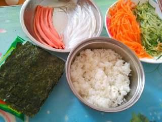 素菜寿司,煮好米饭,准备好材料