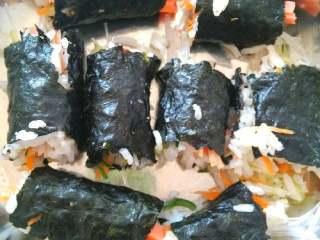 素菜寿司,最后切成大小相同,我切不好,切不平,有点难看。