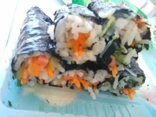 素菜寿司,请忽略图片,上蒸笼蒸几分钟,淋上花生酱可以吃了。