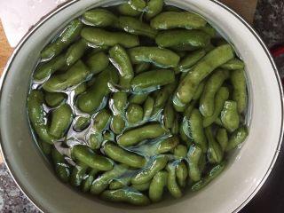 湖南香辣毛豆,放在水中搓洗几遍,把毛豆洗干净