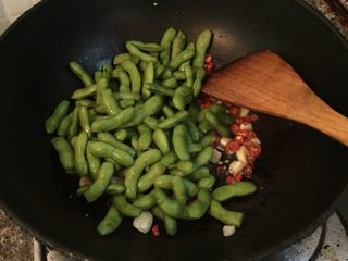 湖南香辣毛豆,加入毛豆爆炒