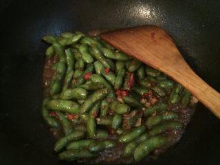 湖南香辣毛豆,煮熟,收汁,出锅即可